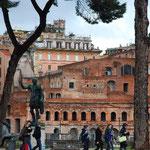 コロッセオへ続く道には、カエサル(ジュリアス=シーザー)の像がありますよ。