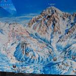 バスターミナルに到着!スキー場の地図を発見!広いです。この地図に載っているコースの他に、山の反対側=(=シャモニー)もあります。