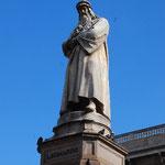 スカラ座の向かいにはレオナルド・ダ・ヴィンチの像が立っています。