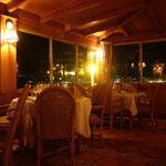 海の見えるレストランで食事。