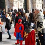 ヨーロッパはカーニバルの季節。ドゥオモ広場には、仮装した子供たちがたくさん集まっていました。