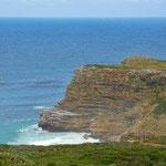 海から切り立った崖がいくつもあります。