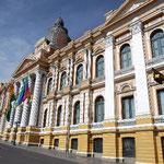 広場にある、国会議事堂です。