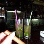 葉巻はモンテクリストNo.4。ミントとハバナクラブがたっぷり入ったモヒート。このあと酔いつぶれました!