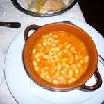豆の煮たヤツが付け合せに付いてきました。一緒に食べると美味しいらしいです!
