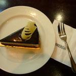 ジャカルタは日本と同じようなケーキも食べられます。これはチョコレートケーキ。