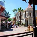 テーマパーク内にはホテルやレストランもあります。