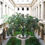 スペイン様式なので中庭があります。