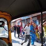 途中、お祭りの一群が通りました。