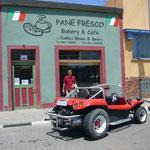 Paolaさんの店の前で。この車に乗ってきたかのように、ポーズ!