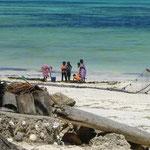 ロングスカートのまま海に入り漁をする、島の女性たち。