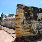 タイ/アユタヤの涅槃仏。参拝に来た人々が、足の裏や爪に金箔を貼ってゆくので、キラキラ光っています。