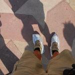 タージの中は、床の大理石を傷めないように、靴カバーをして上がります。