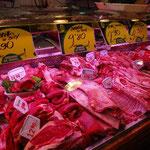肉は牛、豚、羊、鶏と店が分かれています。