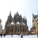 小道を歩いていくと、いきなり現れるのは、聖ヴィート大聖堂です。ばばーん!