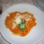 ホテル向かいのレストラン。クリーミーなトマトソース・スパゲッティはとても美味しかったそうです。