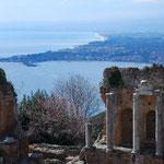 ギリシャ劇場はとても眺めのいい場所に建っています。夏はここでオペラが上演されたりするみたい。