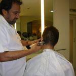 タージ・マハル・ホテルのヘアサロンでカットするのりのり。マハラジャのようにしてくれるそうです。料金は1,283円と、決して高くないのです。