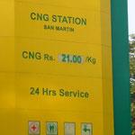 アジアはガソリンが安いです。インドも21Rs/1l (42円)。つーか、客を乗せて給油したり、鳩に餌をやったりするなよ!空港に行くのに。。。でも、そんな仕打ちにも、もう慣れました。