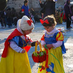 白雪姫が白雪姫に毒りんごを食べさせているところ。。。?