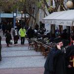 ギリシャ正教の牧師さんもラッパーも歩く街。