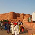 インドの老人会?お揃いの赤いキャップをかぶって観光中。