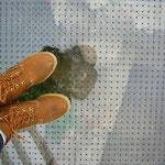 この床下が城壁の跡ですよ。そしてこれがアテネでゲットした新しい靴ですよ♪