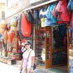アウトドア・ショップと民芸品屋さんが2大多いお店です。