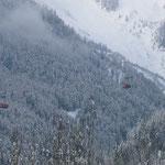 このケーブル・カーで、まずスキー場の側に渡ります。それからリフトに乗り換えます。