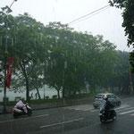 お寺の軒下で雨宿り中。