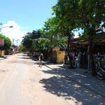 ボコボコの道をチャリで走ります。