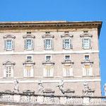 最上階、右から2つめの窓が法王の書斎です。のりのりもカメラ位置の最終チェック。