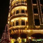 向かいのホテルはクリスマスのイルミネーション。