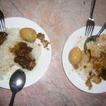 ランチ。左がyukazo=煮豚定食。右がのりのり=トムヤムスープかけご飯。ふたりとも煮玉子トッピング付き。
