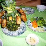 春巻きはパイナップル(中に火が燃えている!)に刺さって出てきます。これも大人の味わいで美味しい~。