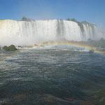 いい角度で滝と虹。