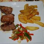おしゃれなレストランに入りました。のりのりはまたステーキ(でもアルパカ肉)。