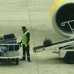 マドリッドへは格安航空で向かいます。あ、私の荷物を積んでる~。