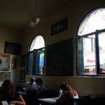 タージ・マハル・ホテルと一緒にテロに遭った人気カフェ。昼の1Fはこんなに静かですが。。。