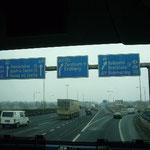 まっすぐ行くとプラハ、右に行くとブダペスト。「こういう標識を見ると車で旅したくなるなぁ~」と、のりのり。