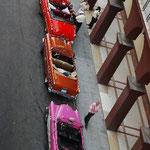 向かいのホテル前にはピカピカのアメ車が並んでいます。