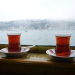 紅茶を飲みながらのんびりと船に乗ります。全く波がなくて穏やかです。