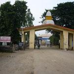 翌朝、歩いて国境へ。ここはネパール側のゲート。