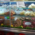 肉~、ミンチ~、ソーセージー、全部食べたいぞ。