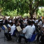 広場でブラスバンドの演奏会が行われていました。