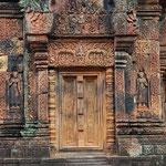 カンボジア/バンテアイ・スレイ。東洋のモナリザと呼ばれる美人のレリーフ。