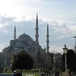 アヤソフィア側から見たブルーモスク。大きいです。
