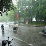 台風が接近中。道路は川みたい。