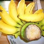それにピサン・クッチール(=小さいバナナ)。日本のより甘くて美味しい~。