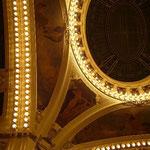 天井も細部までアール・ヌーボーの図案で埋め尽くされています。